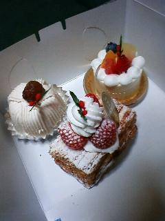 まだケーキ食べるか!?